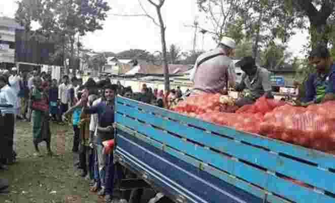 কেন্দুয়ায় টিসিবির পেয়াজ কিনতে ক্রেতাদের ভীড়